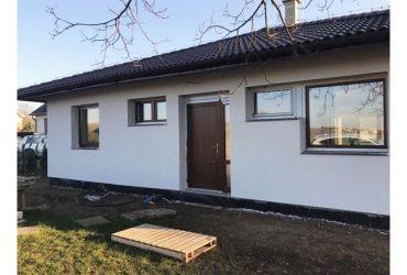 Dokončovanie fasády na dome v Ploskom